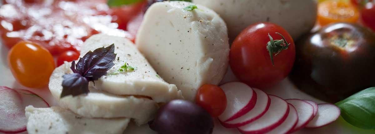 Salade Caprese met Zelfgemaakte Vegan Mozzarelladiner recepten %vegan_studiomarisa_heutink